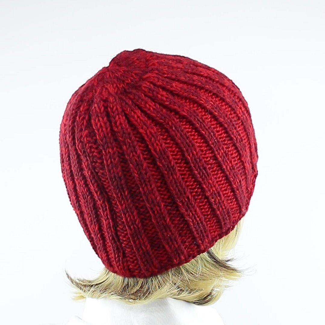 Foto 3: Rip-Cap-Mütze in rot-melange peppt das graue Winteroutfit auf