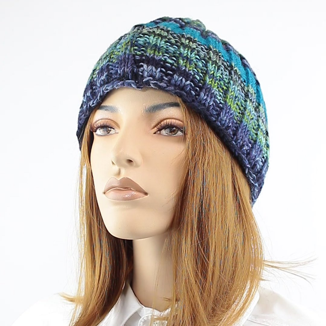 Foto 1: Strickmütze mit multicolor-Wolle mit angenehmen blau-grün-Tönen