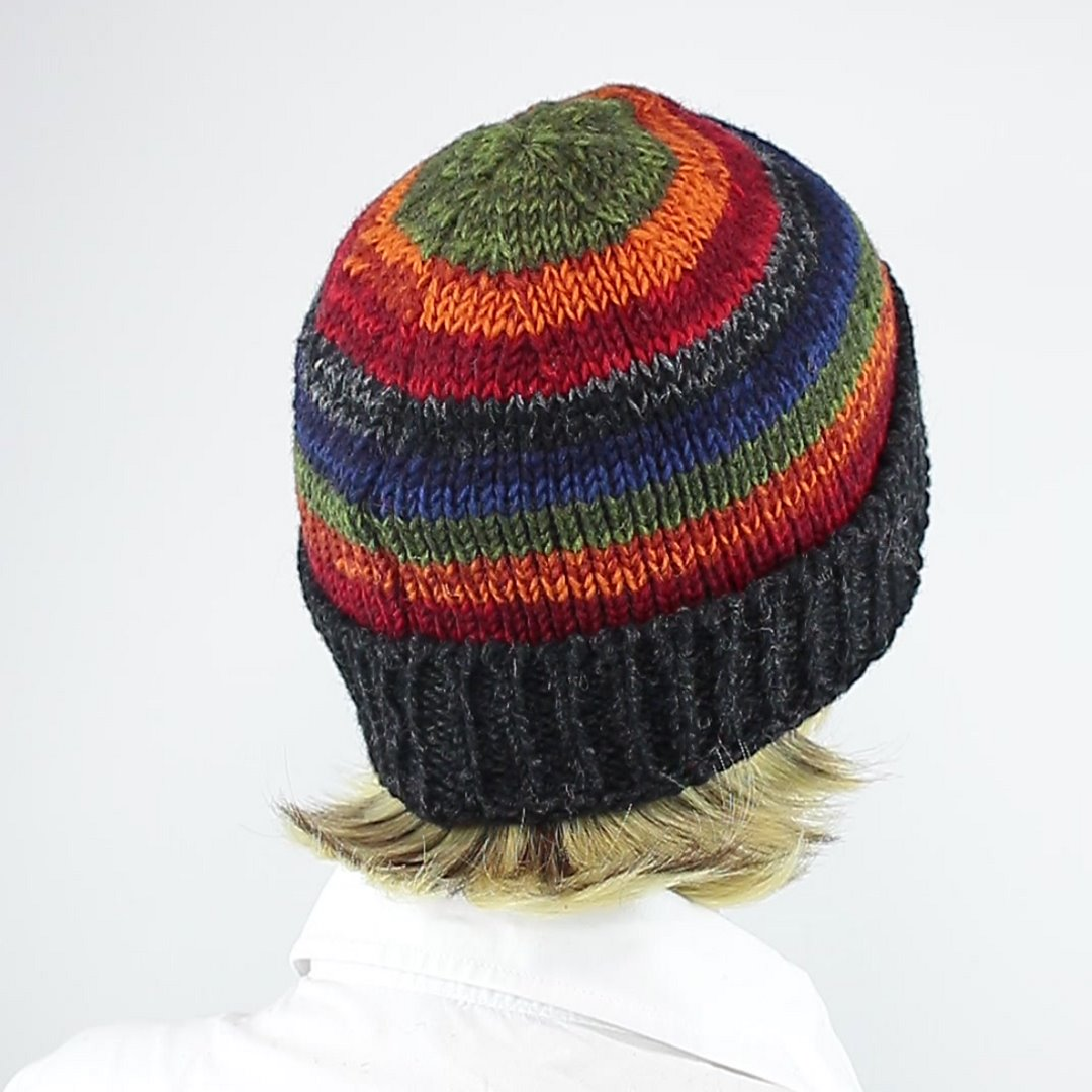 Foto 3: Mütze mit Regenbogen-Muster