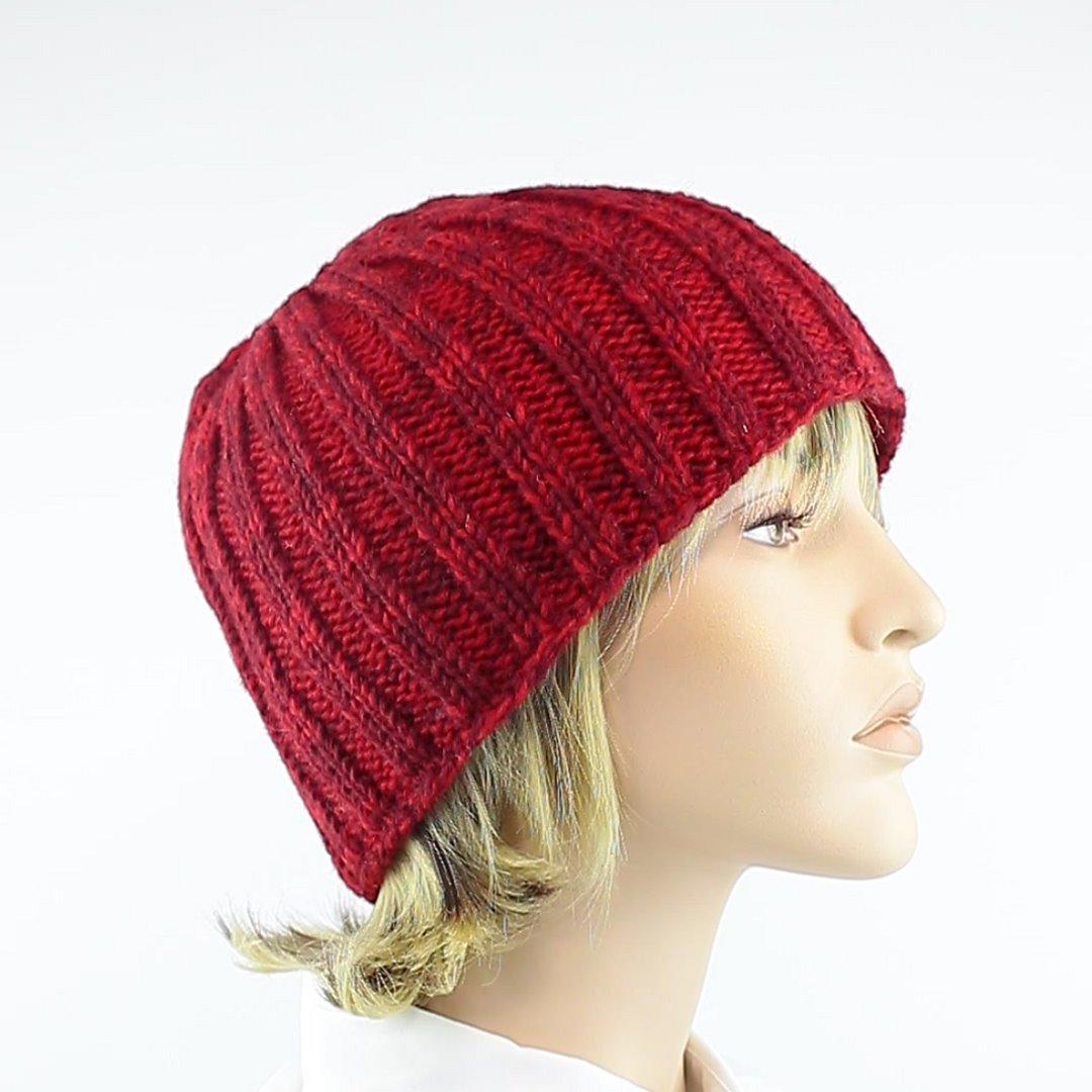 Foto 2: Rip-Cap-Mütze in rot-melange peppt das graue Winteroutfit auf