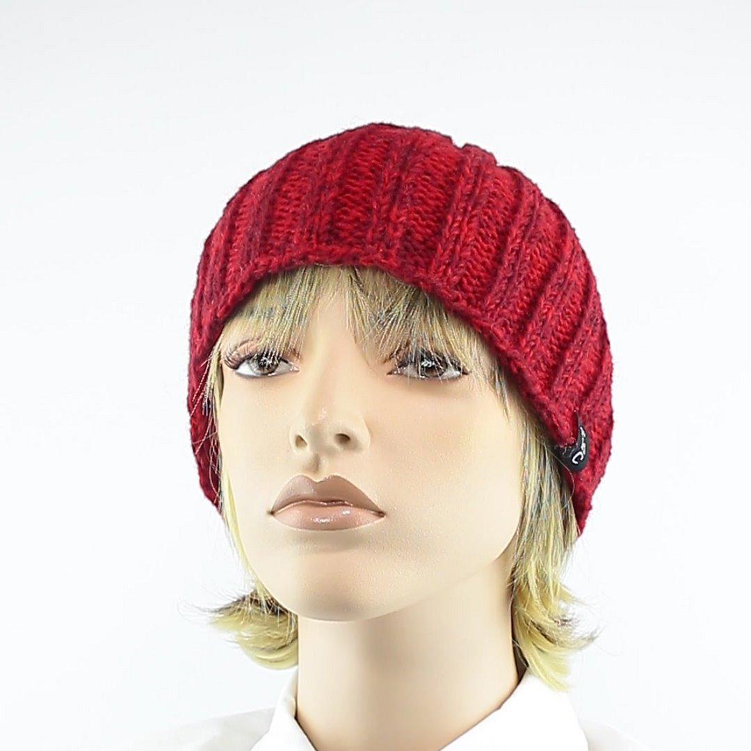 Foto 1: Rip-Cap-Mütze in rot-melange peppt das graue Winteroutfit auf
