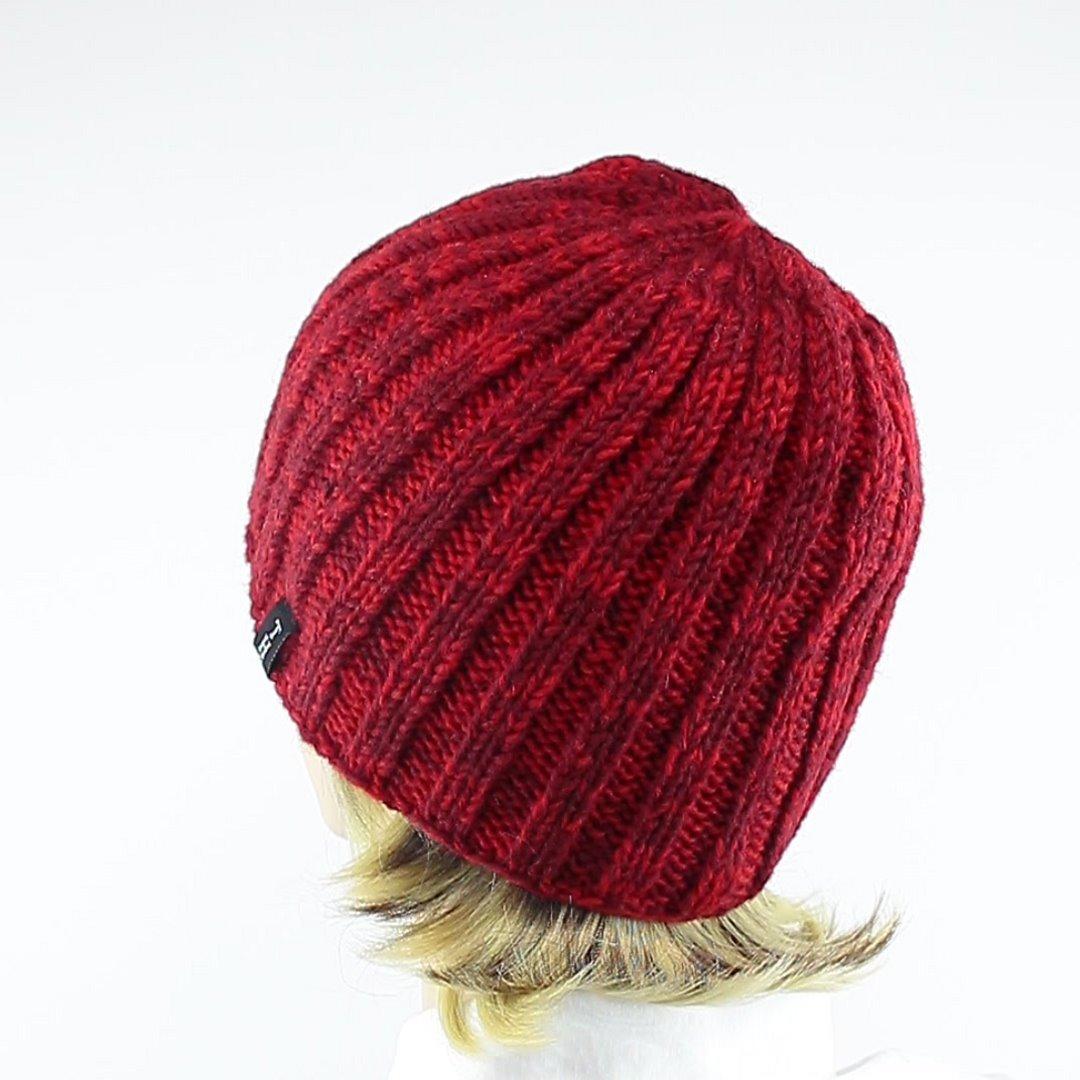 Foto 4: Rip-Cap-Mütze in rot-melange peppt das graue Winteroutfit auf